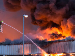 istock-537355972-large-fire-at-a-warehouse-in-bramley-leedsen-kopieren