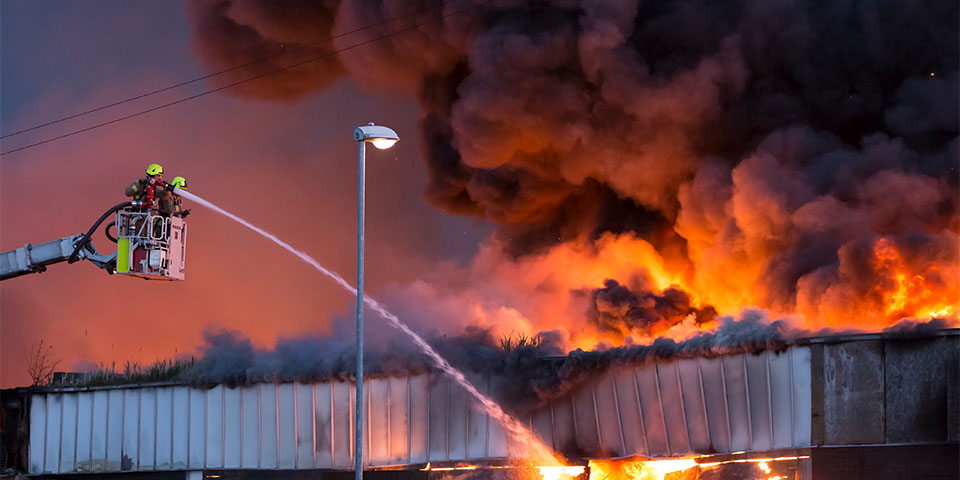 istock-537355972-large-fire-at-a-warehouse-in-bramley-leedsen-kopieren