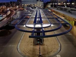 busstation-een-indrukwekkende-staalconstructie-vormt-de-basis-kopieren