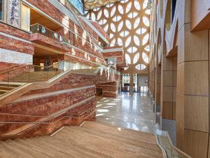 een-monumentale-trappenberg-leidt-naar-de-tentoonstellingsruimt_1