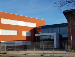 het-nieuwe-onderwijsgebouw-in-rood-stucwerk-als-knipoog-naar-de-voormalige-rooie-school