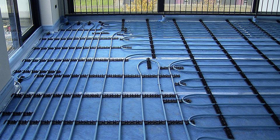 montage-van-vloerverwarming-in-een-nieuwbouwproject-bovenop-de-fonofloor-isolatiemembranen.