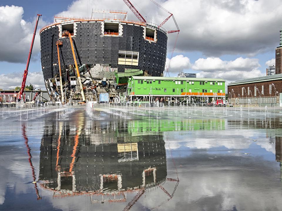 Reflecting building reflecting